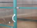 Porte battante avec poignée et crochet de fermeture
