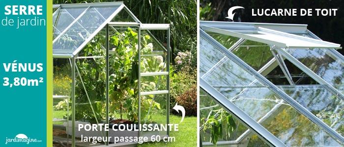 serre de jardin avec porte coulissante et lucarne de toit pour aérer la serre